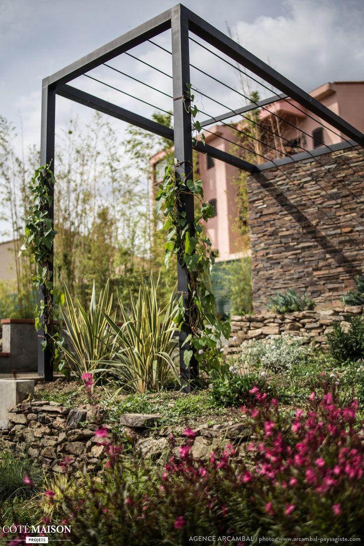 une pergola est utile pour faire grandir des plantes grimpantes des jardins comme la. Black Bedroom Furniture Sets. Home Design Ideas