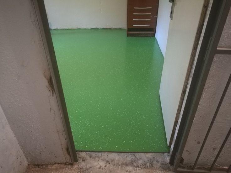 Dekoratívna podlaha RAL 6018 + mix zelenobielych chipsov.