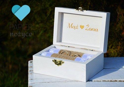 """""""Heart"""" -Personalizowane, drewniane Pudełko na obrączki z grawerowanymi napisami. Eleganckie połączenie bieli i złota ♥ Pudełeczko może potem swobodnie służyć jako szkatułka na biżuterię bądź inne drobiazgi. Więcej na https://www.facebook.com/Papier.nozyce/?fref=ts"""