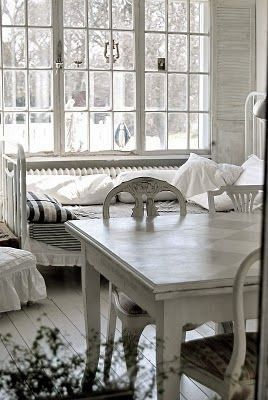 Wit tinten in de keuken      Eettafel van twee flinke, wit geschilderdeplanken en toch heel chic        Nog een knus hoekje in de keuken  ...