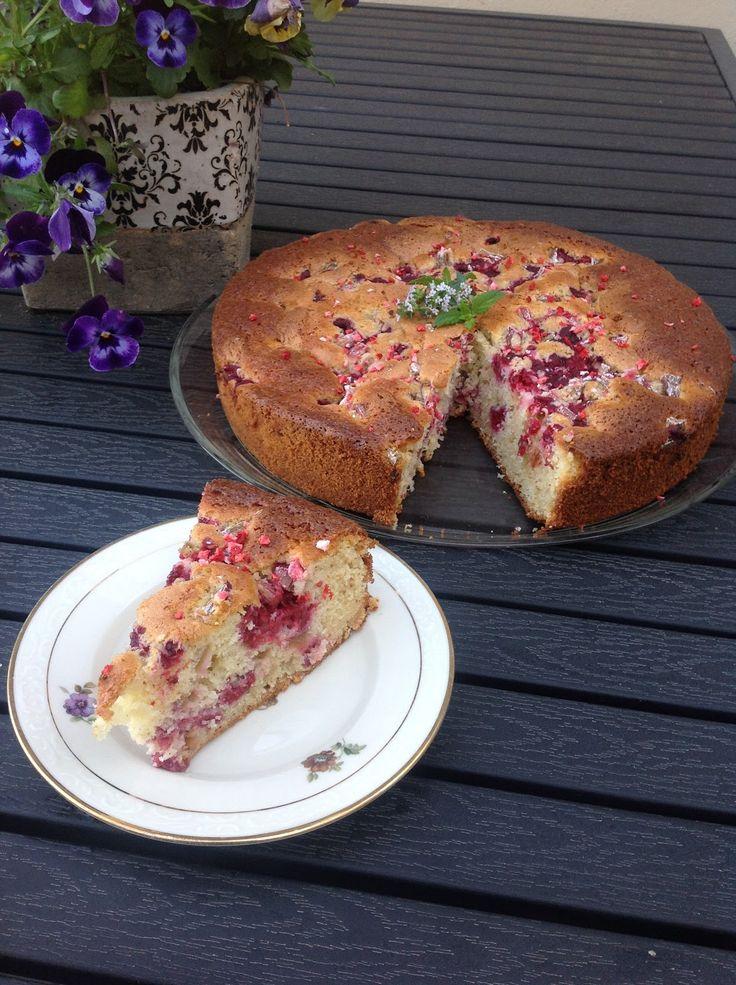 Farmor hygge : Kage med hindbær og rabarber