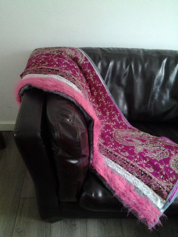 Prachtige deken. Gemaakt door Hennie Rabe van allemaal gebruikte stoffen inclusief een verhuisdeken. Lekker warm, ook voor buiten.