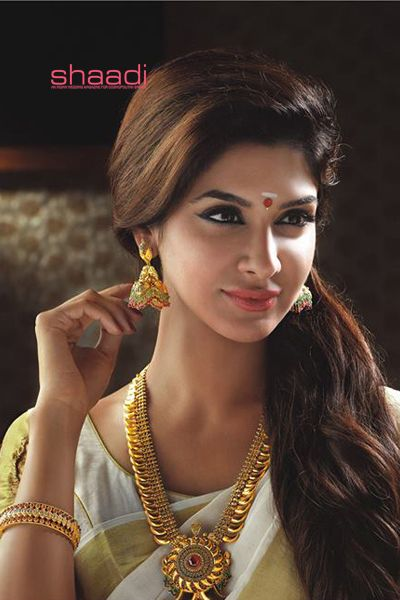 Large creatively styled earrings are the highlight of this set. . Bridal Jewellery Collections from TT Devassy Jewellers #ShaadiMagazine