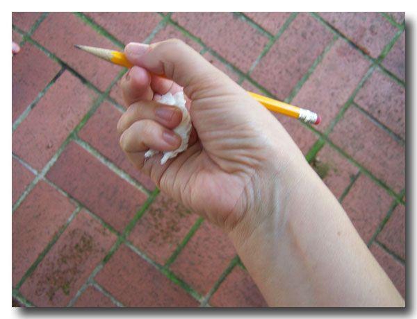 Een truc voor de juiste pengreep! Laat de kinderen een stukje tissue vasthouden met pink en ringvinger, zolang de tissue blijft zitten blijft de pengreep goed.