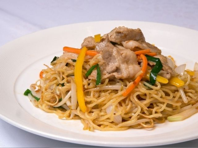 XO醤と彩色野菜の中華焼きそば - 櫻井 正シェフのレシピ。焼きそばの美味しさは、XO醤の使い方、麺の焼き方、仕上げにあり。 XO醤は具と油にわけ、油は最後に入れることで、香り高く仕上げます。 麺は、ほぐさず焼きつけて香ばしさを。焼いたらペーパーで油をしっかりと切りましょう。 強火でスープを煮含ませるようにすると、しっかり味が入ります。