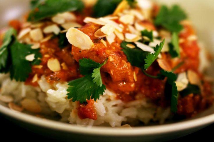 Kip 'Tikka Masala' is een wereldberoemd Indiaas gerecht waarvoor er wel 50 recepten bestaan. Toch hebben die bereidingen heel veel met elkaar gemeen. Jeroen marineert de kip in een kruidige en romige saus op basis van yoghurt en kokosmelk. Serveer het gerecht met een portie rijst. De geurige basmati past er perfect bij.
