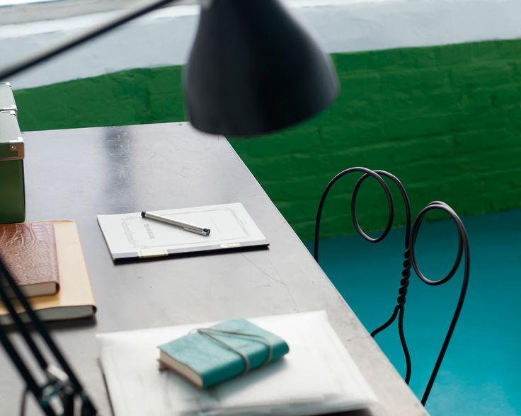Associez un vert vif et un bleu lumineux. Effet maximum pour cet espace de travail grâce à l'association d'un sol bleu vif, de murs d'un vert qui claque et de détails d'un blanc lumineux .