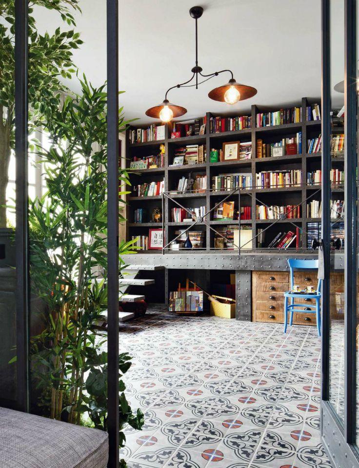 """La biblioteca no siempre estuvo ahí - AD España, © D. R. Unas grandes puertas de hierro y cristal nos llevan a una de las estancias con más encanto de la casa: la biblioteca. Pero no siempre estuvo ahí. Antes de la reforma era una terraza. """"La principal dificultad de la obra fue integrar una terraza en una tercera planta. Por ello tuvimos que crear una biblioteca con cristaleras. Así creamos la sensación de un exterior interno"""", nos cuenta Alleg."""