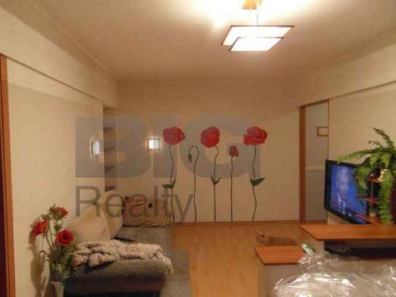 Продаю трехкомнатную квартиру на ул. Плющева, д. 16, 4/5 эт. кирп. дома, 55,3/37,5/6, с/у совм. Окна выходят во двор. Благоустроенный двор, чистый, ухоженный, летом всё зелено, вокруг деревья.