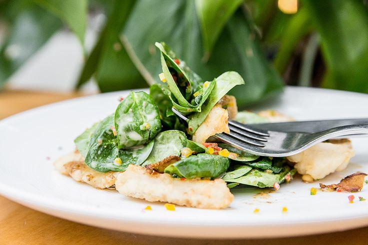 Научиться готовить сытные и при этом лёгкие салаты – очень полезный навык для любой девушки, ведь такие блюда являются залогом тонкой талии и хорошего самочувствия. Поэтому мы на How to Green продолжаем собирать для вас такие рецепты и сегодня поделимся одним из них – на этот раз рецептом от ресторана «Эдоко». Листья свежего шпината смешиваются с кусочками трески, грибами и болгарским перцем. Получается вкусно, сытно и при этом совсем не калорийно!