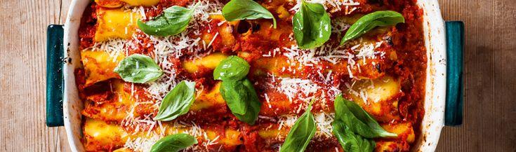 Het recept voor deze Cannelloni uit Sorrento met aubergine, mozzarella en zelfgemaakte pasta komt uit het kookboek Napels en de Amalfikust, van de makers van De Zilveren Lepel.