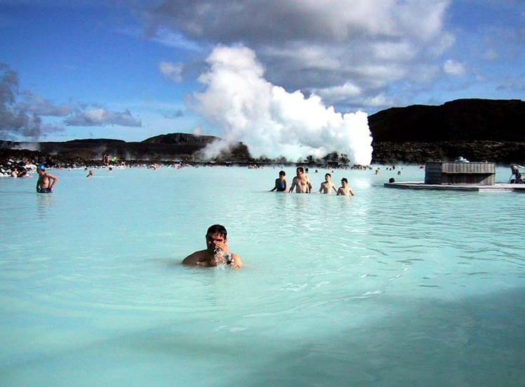 Jaarlijks trekken maar liefst zo'n 400.000 bezoekers naar deze blauwe lagune gevuld met ruim zes miljoen liter zeewater van ruim 37 graden Celsius. Overal komt stoom omhoog uit hete bronnen en je kunt er zwemmen in een bijna surrealistisch landschap van zwarte lava en badgasten overdekt met een laag speciale geneeskrachtige modder. Pas in 1999 werd er een wellness centrum gevestigd in de Blauwe Lagune. Nu zijn er een restaurant, een kuurcentrum, een droge sauna en stombaden gevestigd. De…