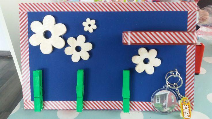 Voor vaderdag gemaakt. (Door dochter 7 jaar oud) Een plaatje mdf geverfd. Daarop wasknijpers om kaarten/tekeningen op te kunnen hangen. Een haakje voor de sleutels en een bakje voor de kleine spulletjes.