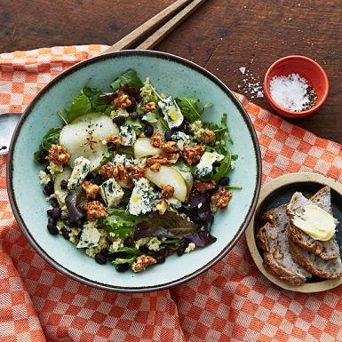Salt möter sött i denna vackra sallad baserad på spannmålet hirs och svarta bönor. Hirs kan vara svårt att få tag på, men det går lika bra med couscous. Päronet får marinera i honung och vinäger, vilket ger en sötsyrlig smak som passar perfekt till ädelosten.