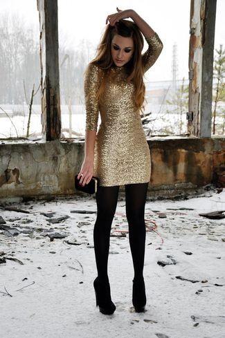 Look de moda: Vestido Ajustado de Lentejuelas Dorado, Zapatos de Tacón de Ante Negros, Cartera Sobre de Ante Negra, Medias de Lana Negras