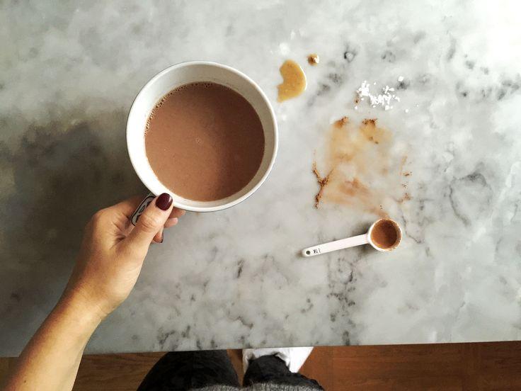 Det är fredag och vi ligger på soffan och njuter som vanligt av Gunnar Ekelöfs samlade verk. Men det saknas något. Något varmt och chokladigt och nötigt. Vi får bestämt ta en tur ut till köket. Häng med! Så där ja. 2 1/2 dl varm mandelmjölk med 2 tsk kakao, 1 tsk kanel, en nypa …