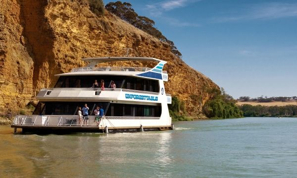Crusing down the Murray River in a Houseboat