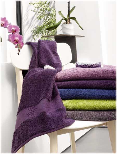 Linge de toilette Jalla. Toutes les couleurs s'expriment : Pastels, grisées, toniques ou profondes, les éponges s'associent en camaïeux d'unis ou se mélangent aux serviettes fantaisies. Le galon est moderne, sobre et raffiné. Une serviette épaisse et moelleuse, plébiscitée par toute la famille. Pas moins de 26 couleurs gaies et pétillantes !