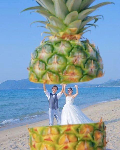 * 面白くって可愛い発想の#遠近法ショット 💗💛 * なんと、新郎新婦のふたりが #パイナップル に挟まれそうになっています💎♩ * パイナップルを真横に切って、 葉っぱの部分をスタッフさんが持ち上げて 撮影したのでしょうか?💭 * フルーツを使った#遠近法 の写真は珍しい上に インパクト抜群で夏らしくて素敵です🍋🍑🍒 * photo by @bridal_tsutsumi #プレ花嫁卒花#卒花嫁#ウェディングフォト#ロケーションフォト#ビーチフォト#前撮り#後撮り#撮影小物#前撮りアイテム#2017夏婚#2017秋婚#2017冬婚#2018春婚#2018夏婚#プロポーズ#婚約#marryxoxo