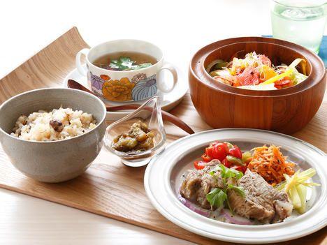 できるかぎり油と砂糖を使わず、体にやさしくと作られた定番の「塔の下ランチ」(1,580円)。スペアリブをメインに、栄養を損なわないよう熱の入れ方を工夫。だしのきいたスープ、ご飯も美味。