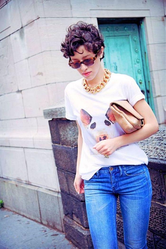 lila Haarfarbe von lockigen Haaren   Kurzhaarfrisuren mit Locken   ausgefallene Kleidung von der Frau