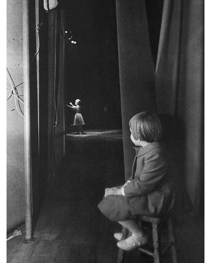 1963. 6-year-old Carrie Fisher sitting on a stool and watching her mother Debbie Reynolds on stage at the Riviera Hotel in Las Vegas. Photo by Lawrence Schiller.  #CarrieFisher #DebbieReynolds #actor #Hollywood #LasVegas #LawrenceSchiller #historyinpictures #historicalpix
