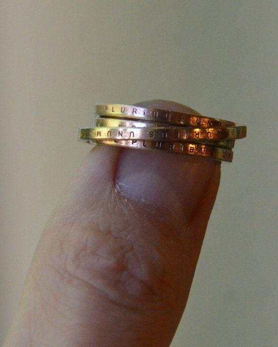 Dieser handgefertigte Ring von Rulon Brown ist in Handarbeit aus den äußeren Kanten der US ein-Dollar-Münzen; Von hand geschnitten und passgenau, um einen One-of-a-Kind-Ring zu machen. Die Meldung E Pluribus Unum ist ein US-Motto in lateinischer Sprache, die übersetzt aus vielen eins. Der Ring macht ein ideales Geschenk für Einbürgerung Zeremonien, Familientreffen oder Angehörigen dienen die diplomatischen Kern oder Militär. Jedes Stück von der RASTLOSEN Schmuck-Kollektion ist tragbare…