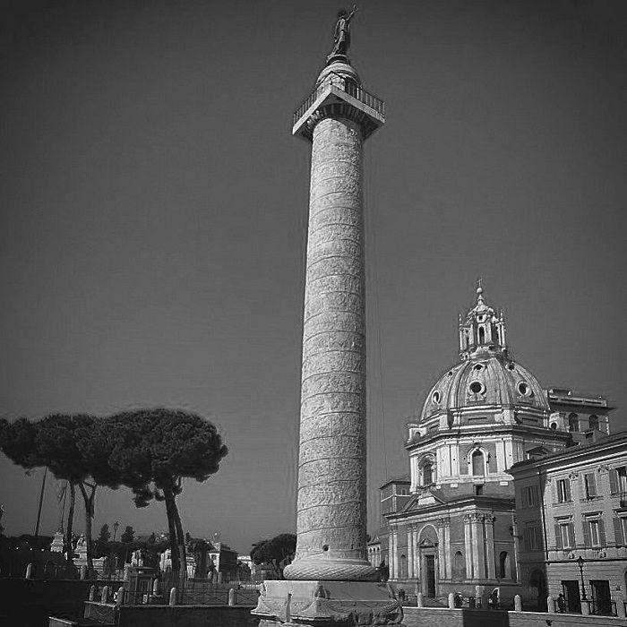 Trajanuksen pylväs Via dei Fori Imperialilla. Trajanus vihki marmoripylvään vuonna 113 jKr. Se juhlistaa keisarin sotaretkiä Daakiaan. Pylväs on jalustoineen 40 metriä korkea. Alunperin pylvään päässä oli Trajanusta esittävä patsas, joka poistettiin vuonna 1587 ja tilalle asetettiin apostoli Pietarin patsas. Olen ottanut kuvan Roomassa keväällä 2015.