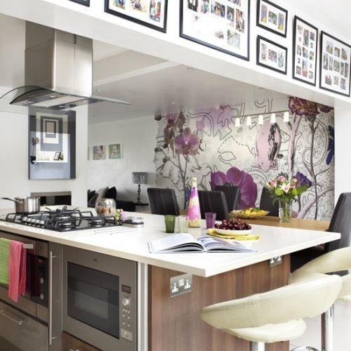 Tapet cu flori mari violet pentru bucatarie open space
