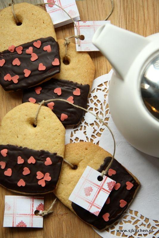 Op Pinterest kom ik regelmatig baksels tegen die ik wel eens zou willen proberen, zo ook deze superschattige koekjes in de vorm van een theezakje. Naast he