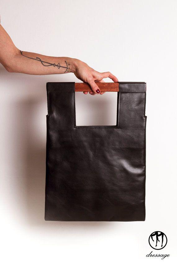 LESS is BAG Black Piccola - Borsa realizzata a mano in pelle nera con manici in mogano, doppia tasca interna e laccio portachiavi