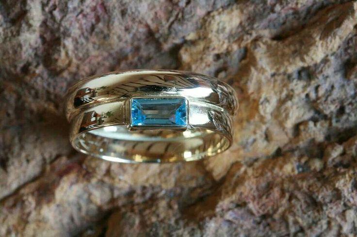 Geelgouden trouwringen met blauwe topaas. .....