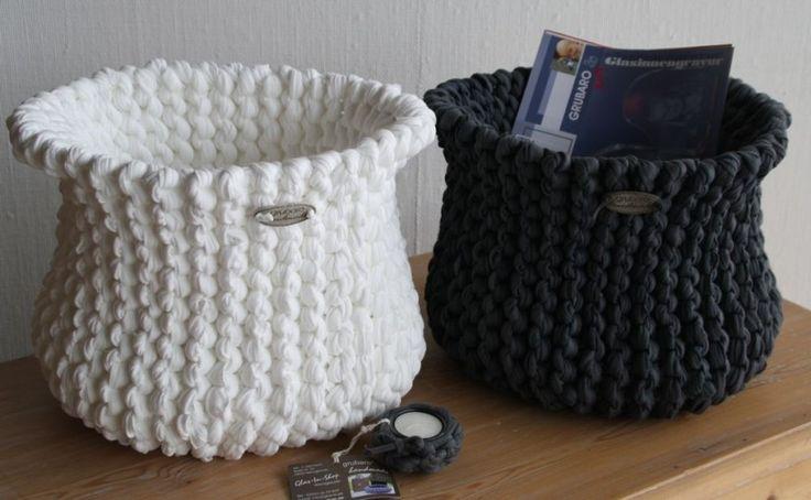 """DIY Projekt Körbe selber stricken aus Textilgarn Das Märchen von der anthrazit-graue Restekiste oder """"Das Aschenputtel aus dem Lande der Textilos. Es war einmal vor gar nicht allzu langer Zeit im gar nicht allzu weit entfernten Textilo-Land… So ungefähr könnte die Geschichte beginnen, Die Geschichte von der """"grauen, hässlichen Restekiste"""" und ihrer Verwandlung in einen """"stolzen, eleganten Strickkorb""""..... http://blog.glas-in-shop.de/2015/anthrazit-graue-restekiste/"""