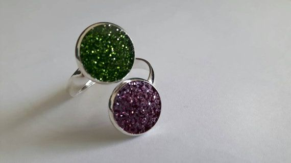 Light purple pink and green glitter ring that shimmers in the light.  This ring has been made by curing a 2 part epoxy resin mixed with purple pink and green glitter in a round silver-plated bezel.  The ring piece is silver plated.  The resin has cured to a beautiful crystal finish and the glitter sparkles in the light. *Its easy to make this ring all yours, just click Add to Cart and it will be with you soon!*   PLEASE READ ON FOR MORE INFO about this item and the Jewellsy shop: ★ Handmade…