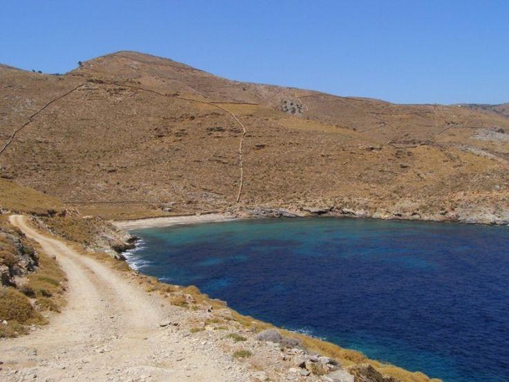 Παραλία Καλησκιά. Στα Ν.Α του νησιού, με 4-5 δέντρα για σκιά και νερά από άλλες χώρες.