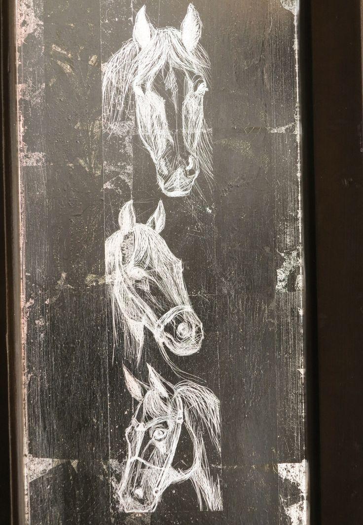 Cal, studiu.foita metalica argintie, gravata, pe sticla geamului