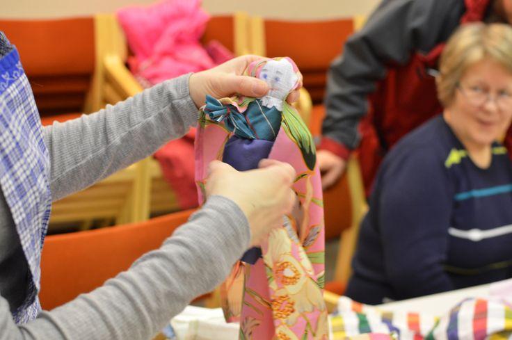 Pohjois-Pohjanmaan museossa tehtiin solmiamalla monenlaisia värikkäitä räsynukkeja.