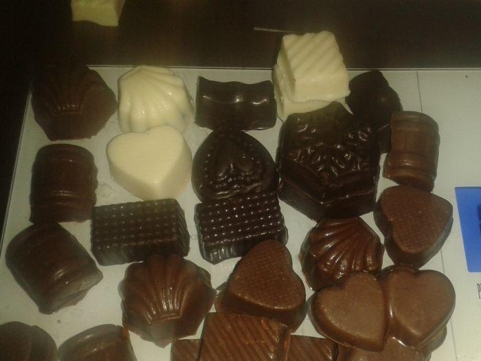 Esta receta de bombones de chocolate caseros es una estupenda y golosa receta que os permitirá gozar de unos excelentes bombones en cualquier momento e incluso sorprender a los más queridos con este estupendo presente! Para preparar esta receta es...