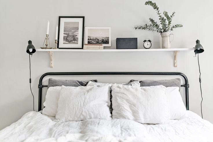 спальня кровать изголовье полка подушки настенные светильники