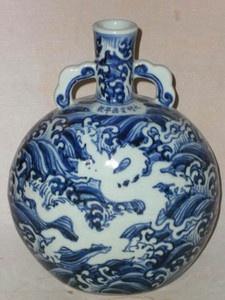 Chinese blue and white porcelain flat Dragon vase
