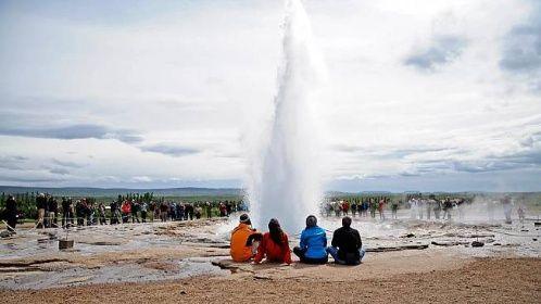 Gejzír Strokkur (v islandštině máselnice) se nachází v údolí Haukadalur a chrlí vroucí vodu v pravidelných intervalech až do výšky 20 metrů