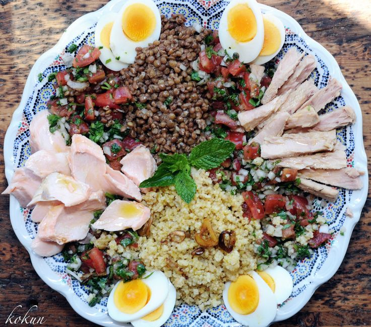 Mijo al ajillo, lentejas de ensalada, tomate aliñado con cebolla, cilantro y especies, salmón frio en papillote y atún en conserva, más los huevos de coral.