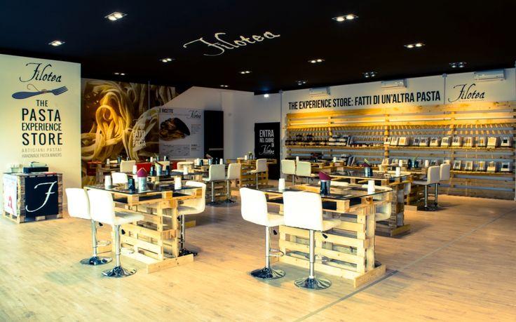 """Il """"Filotea Pasta Experience Store"""" è un'idea nata all'interno del Pastificio Filotea nel corso del 2014. Non è un negozio e non è un ristorante, è un nuovo format, inedito, che consente allo stesso tempo l'acquisto dei prodotti e la loro degustazione sul posto."""