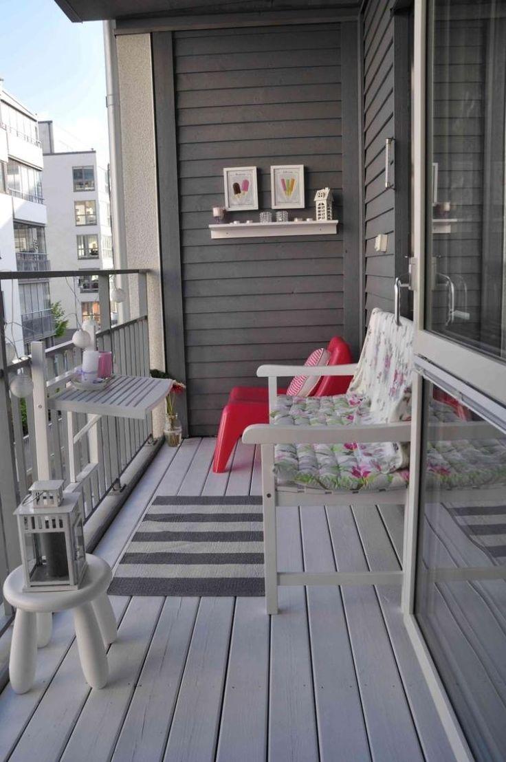 Balkongestaltung in grau und weiß - roter Sessel als Akzent
