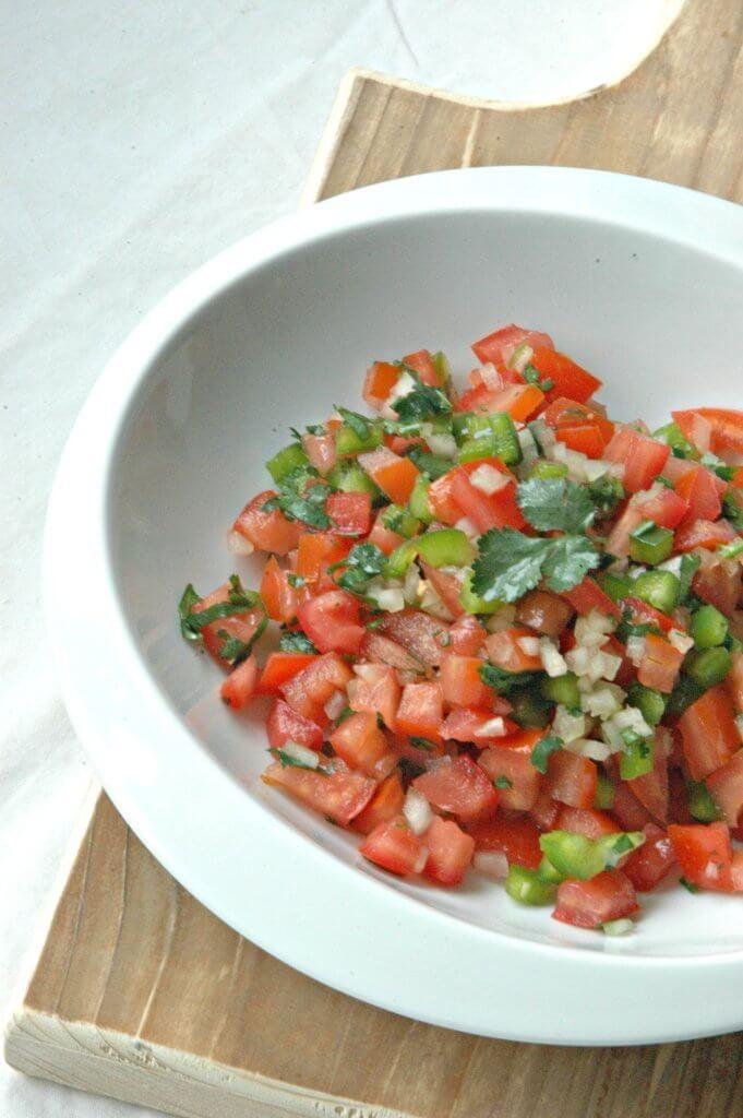 Deze tomatensalsa wordt in Mexico 'Pico de Gallo' genoemd en is echt op en top Mexicaans. Het is geen toeval dat het rood van de tomaten, het wit van de ui en het groen van de koriander de kleuren zijn van de Mexicaanse vlag! Deze salsa is echt zomers en is lekker bij alles wat …
