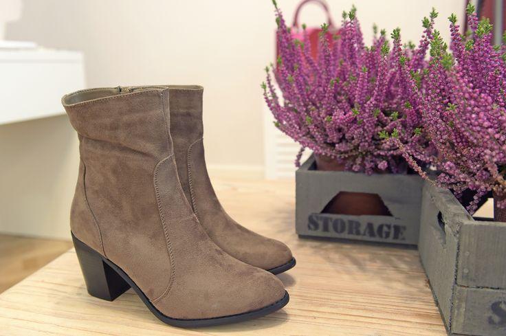 W takich butach jesienny spacer to sama przyjemność!  Beżowe botki na obcasie, 239 zł na http://www.halens.pl/moda-damska-obuwie-5807/buty-561953?variantId=561953-0008&imageId=358881