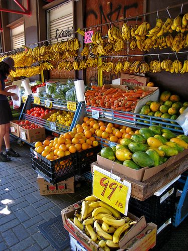 Chinatown outdoor market ~ Downtown Honolulu, Hawaii  I want to TASTE and SMELL all that Hawaiian produce!