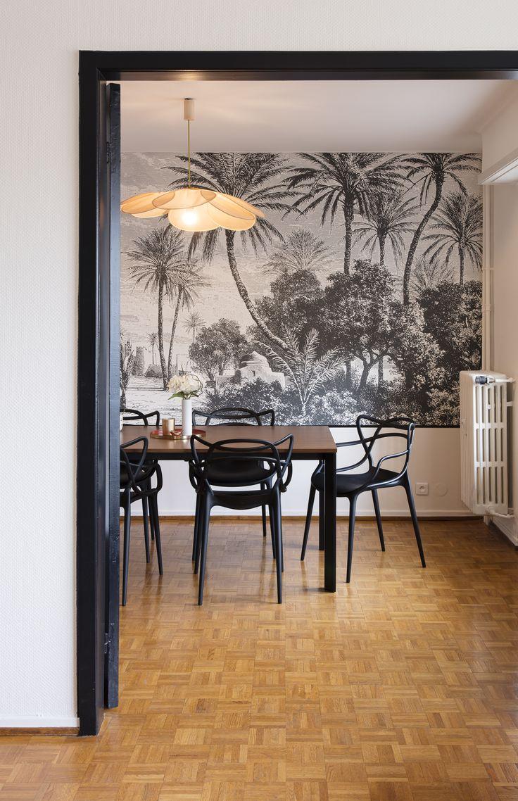 Une salle à manger exotique décorée avec le papier peint panoramique Oasis des Dominotiers en ...