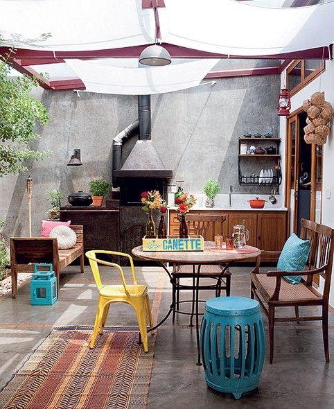 """A arquiteta Fernanda Neiva criou o pátio coberto por vidro. """"Era pré-requisito dos moradores ter uma área generosa para receber os amigos. Por ser fechado, pode ser usado em dias de sol e chuva"""", conta. O tecido suaviza a entrada de luz natural"""