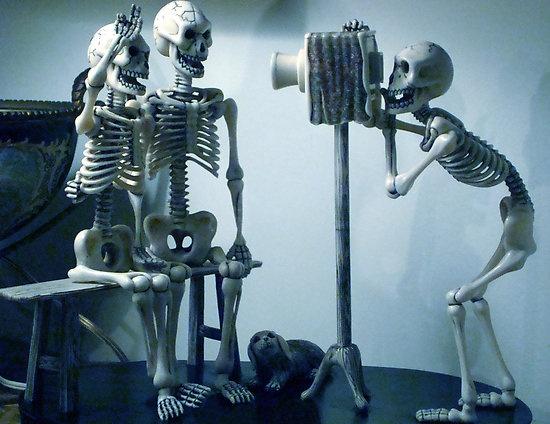 Своими, картинка смешной скелет